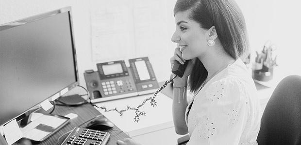Mitarbeiterin von Martin Bleckmann Steuerberater & Wirtschaftsprüfer am Telefon