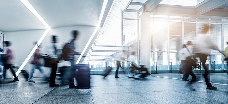 Passagiere am Flughafen als Symbol für die Airliner