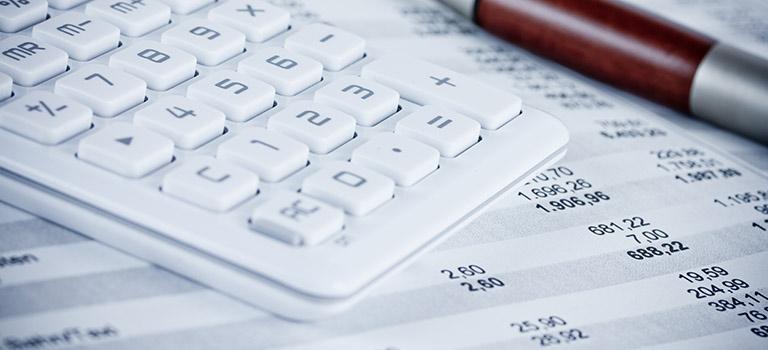 Stift und Taschenrechner als Symbol für die Finanzbuchhaltung bei Martin Bleckmann