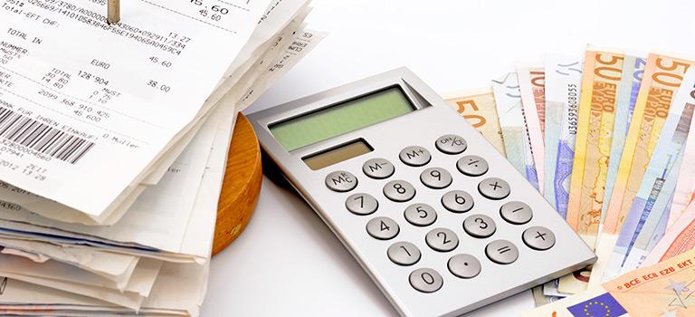 Taschenrechner, Geld und Rechnungen während der Erstellung einer Jahresabschlussprüfung